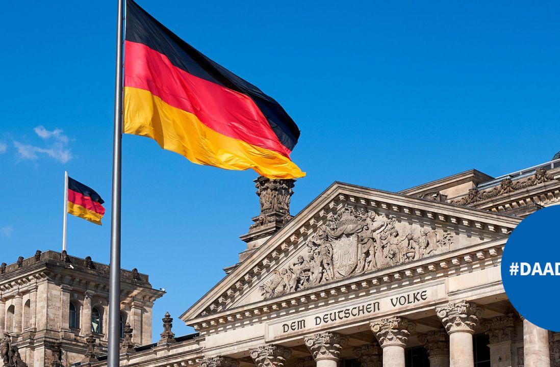 Reichstag mit Deutschlandfahne