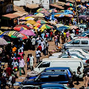 Blick auf eine Straße mit vielen Autos und Fußgängern