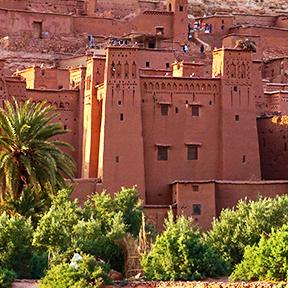 Dorf auf einem Hügel in der Wüste mit braunen Häusern