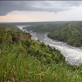 Ein Fluss in der Mitte, auf jeder Seite Hügel aus hohem Gras