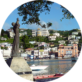 Bild eines Hafens und der dahinter liegender Stadt