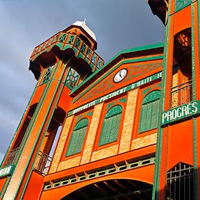 Der Eisenmarkt, großes rotes und grünes Gebäude, Ansicht von unterhalb