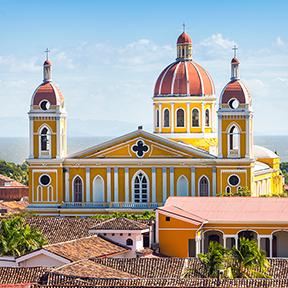 Gelbe Kathedrale mit braunen Dächern