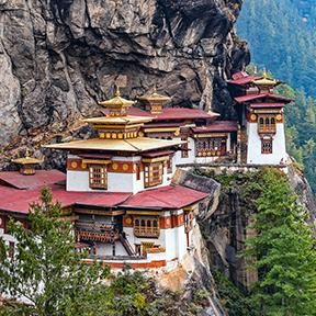 Häuser auf einem Berg in Bhutan