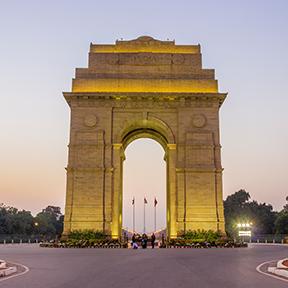 Der Indien-Torbogen In Neu-Delhi wird gelb beleuchtet.