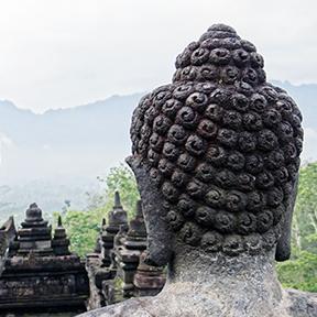 Der Hinterkopf einer asiatischen Statue.
