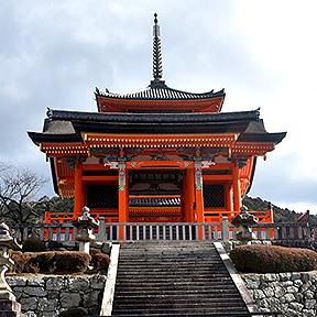 Der rote Kiyomizu-dera-Tempel und die Treppen, die zu ihm hinführen.