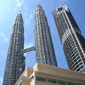 Aus der Froschperspektive sind Hochhäuser in Malaysia zu sehen.