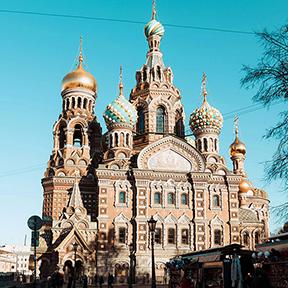 Die Auferstehungskirche in St. Petersburg mit den bunt-verzierten Zwiebelturm und Ornamenten um die Fenster.