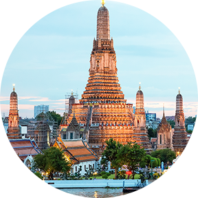 Wat Arun und Kreuzfahrt-Schiff in der Nacht