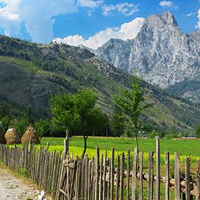Wiesen und Berge in Albanien