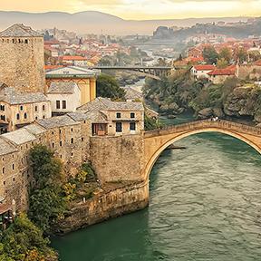 Stadt Mostar und Stari Most bei Sonnenuntergang