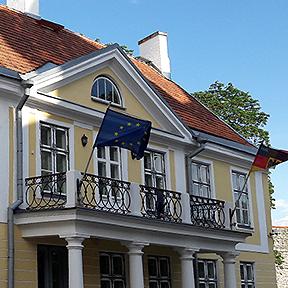 Auf dem Balkon der Botschaft in Tallinn schwingt die Europa-Flagge.