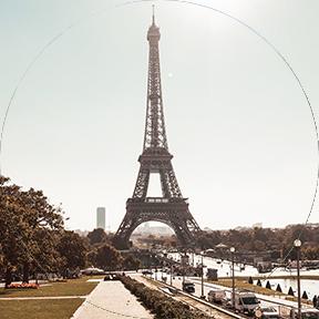 Der Eiffelturm in Mitten der Stadt.