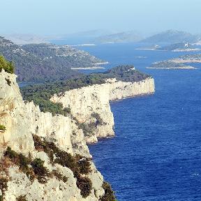 Anblick auf Berge und das Meer in Kroatien
