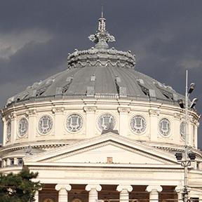 Das blaue Dach und die weiße, mit Stuck verzierte Oper von Bukarest.