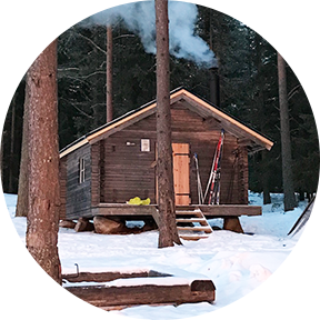 Holzhütte in einem verschneiten Wald