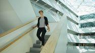 Eine Frau geht die Treppe runter