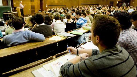 Studenten sitzen während einer Vorlesung in einem Hörsaal. - Deutschsprachige Studiengänge in MOE/GUS