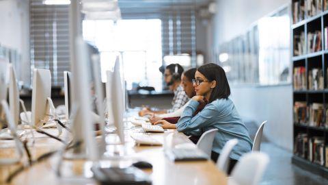 Studierende arbeiten am PC - PROFI
