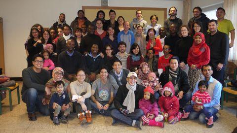 Ein Gruppenfoto von Menschen verschiedenen Alters. - Begleitseminare für Fach- und Führungskräfte aus Entwicklungs- und Schwellenländern