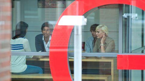 Menschen sitzen in einem Konferenzraum. - ISAP