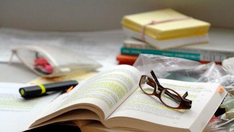 Eine Brille liegt auf einem aufgeschlagenen Buch. - DaF-Studiengänge zur Unterstützung deutscher Hochschulen im Ausland