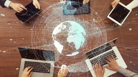 Weltweit vernetzte Partner, die mit Laptops, Tablets und mobil arbeiten. - IP-Digital