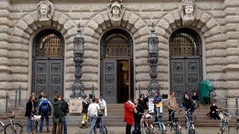 Gruppe Menschen vor Gebäude - Newsletter Hochschul- und Forschungsmarketing