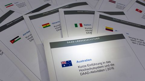 Informationsblätter der Ländersachstände auf dem Tisch. - Ländersachstände