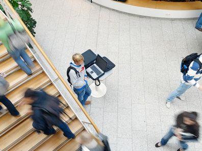 Innenansicht eines Hochschulgebäudes gefüllt mit Studierenden - Weltweite Förderung nach Ländern