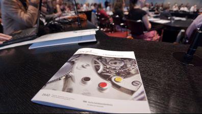 DAAD Broschüre liegt auf einem Tisch - Leitbild