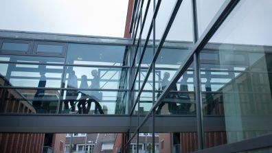 Modernes Glasgebäude von außen  - Infos & Services für Hochschulen