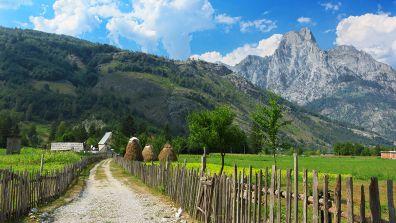 Wiesen und Berge in Albanien - Albanien